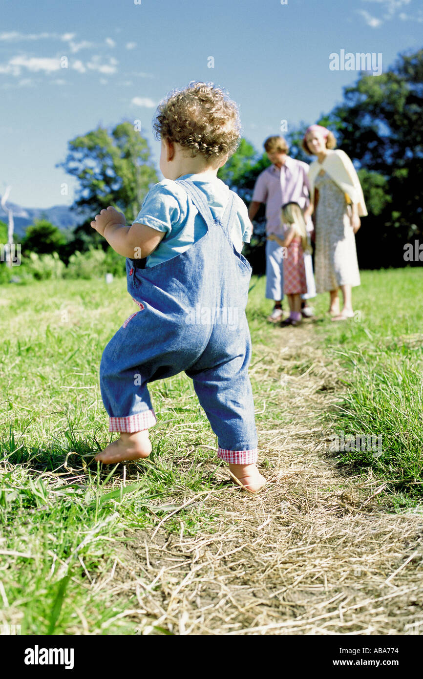 Día de la familia en el campo. Foto de stock