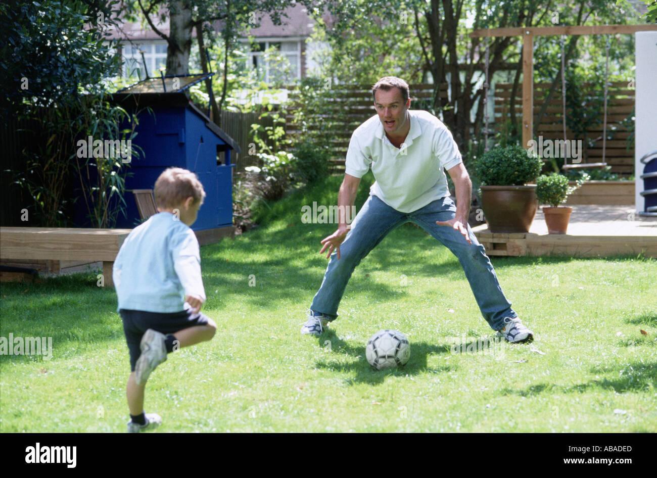 Padre e hijo jugando al fútbol Foto de stock