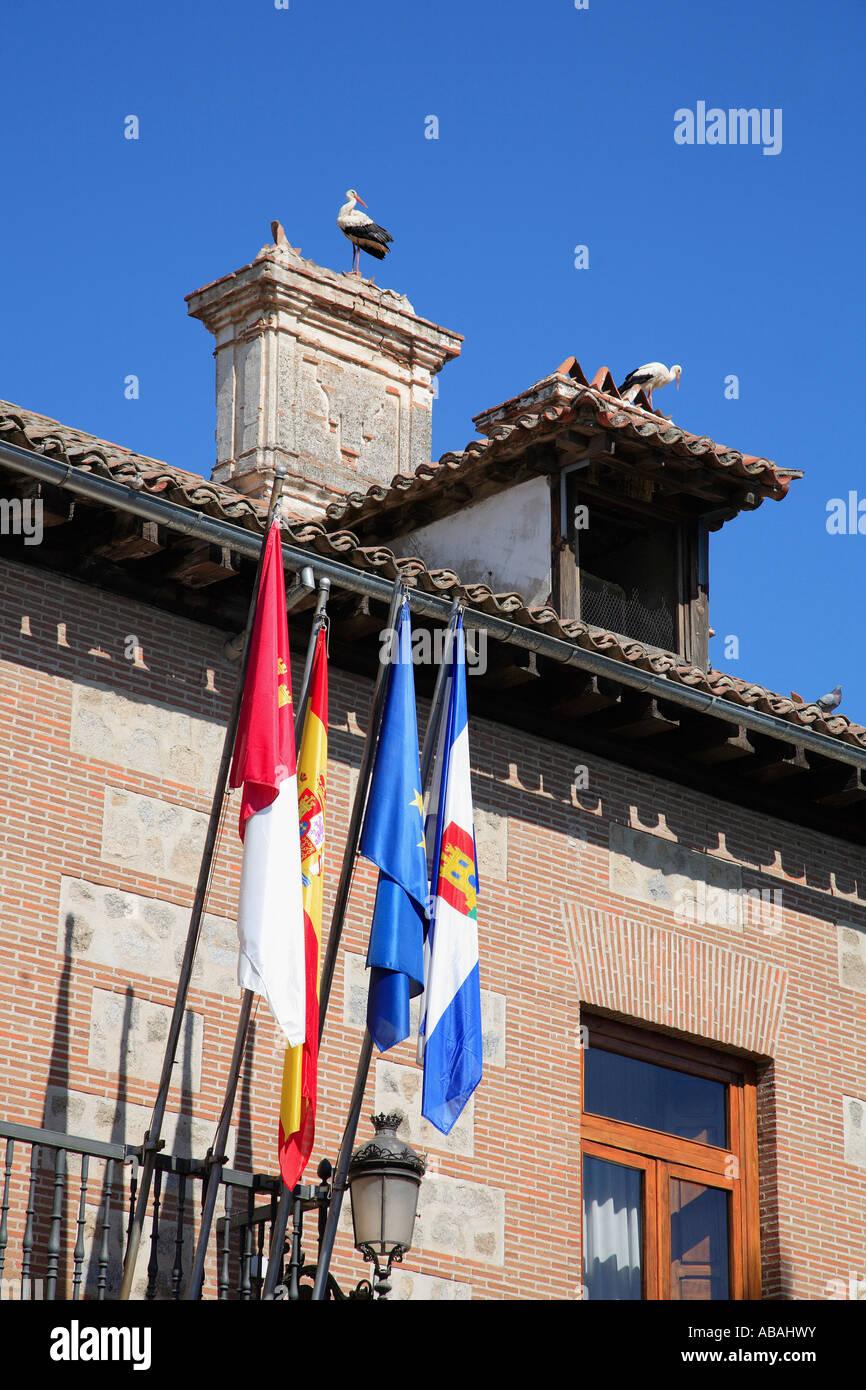 España Castilla La Mancha Talavera de la Reina banderas cigüeñas Foto de stock