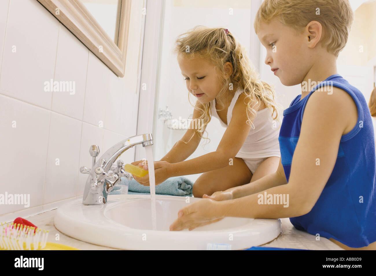 Niños lavándose las manos Foto de stock
