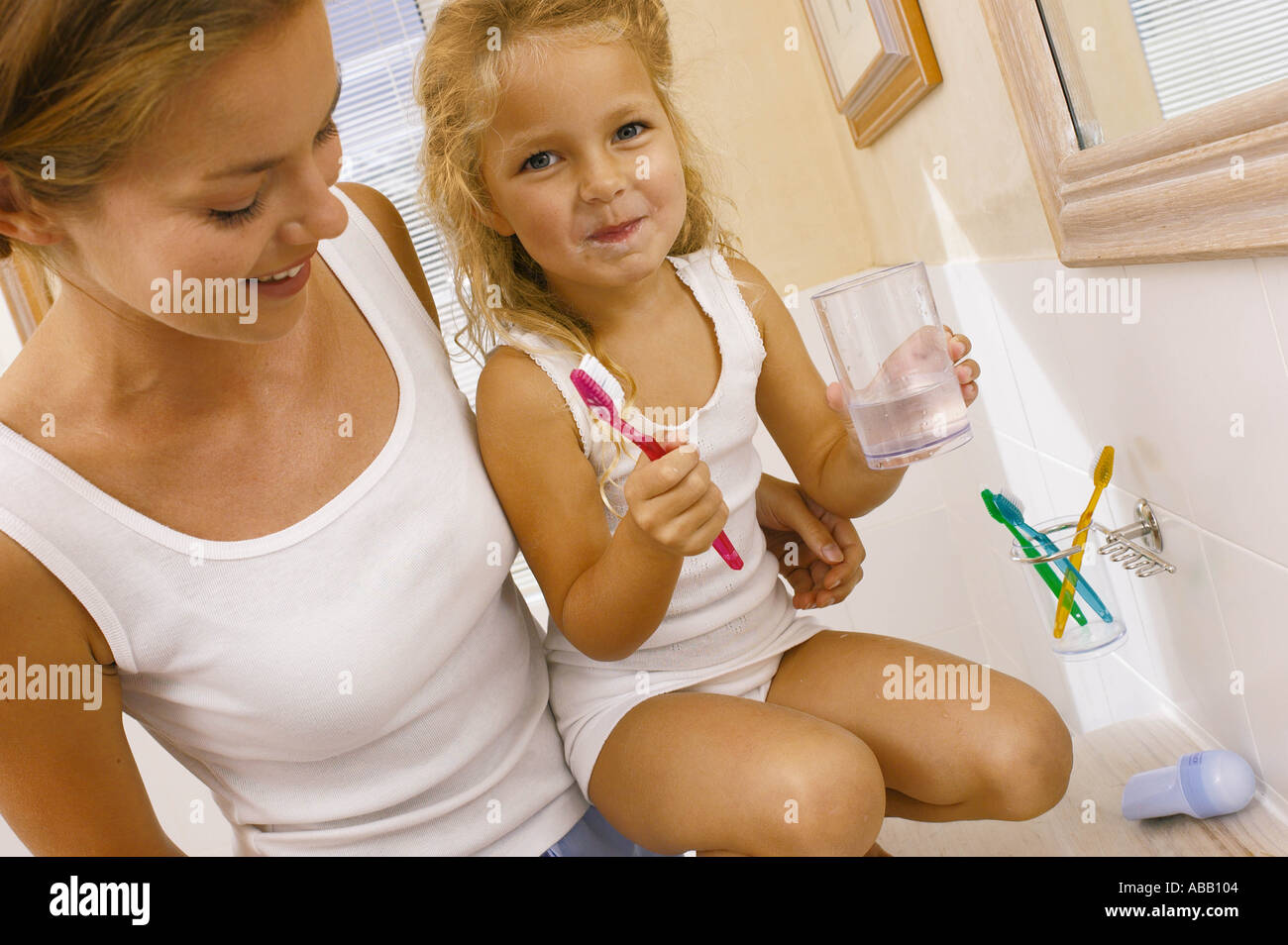 Ayudar a la Madre Hija cepillo de dientes Foto de stock