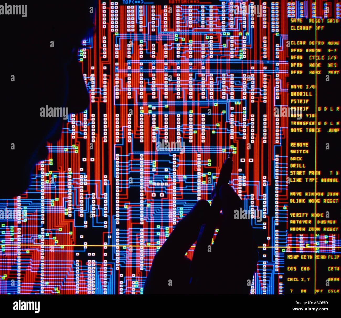 Alta tecnología - diseño de placa de circuito pantalla de ordenador, silueta de ingeniero de diseño / Silicon Valley, California, EE.UU.. Imagen De Stock