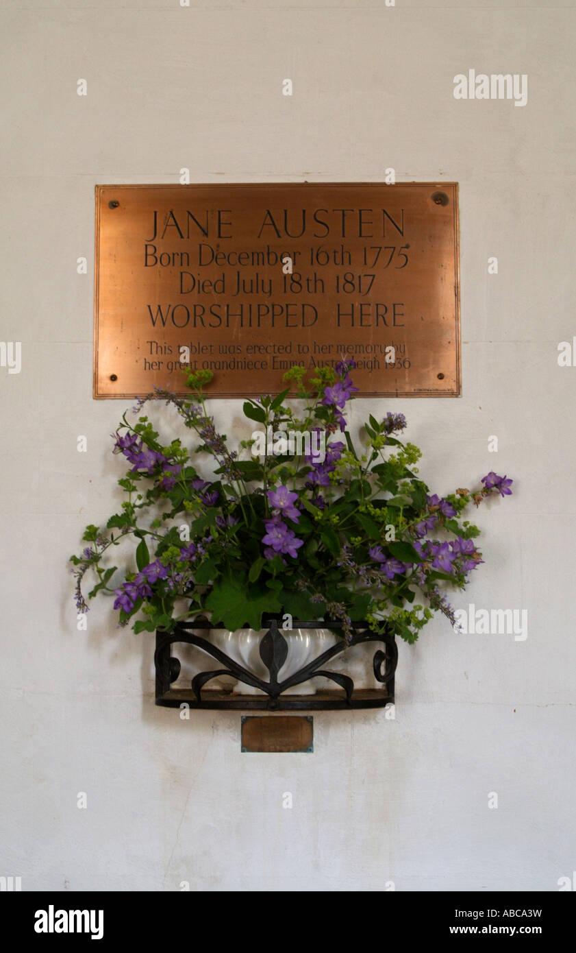 Jane Austen lápida en Steventon Su padre fue Rector de la Iglesia de San Nicolás del siglo 12 Steventon Imagen De Stock