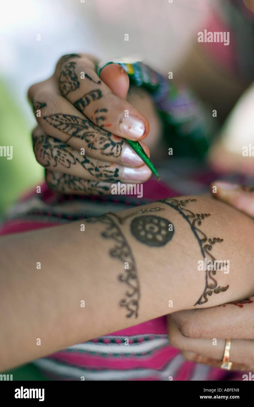 Aplicar henna decorativos Imagen De Stock