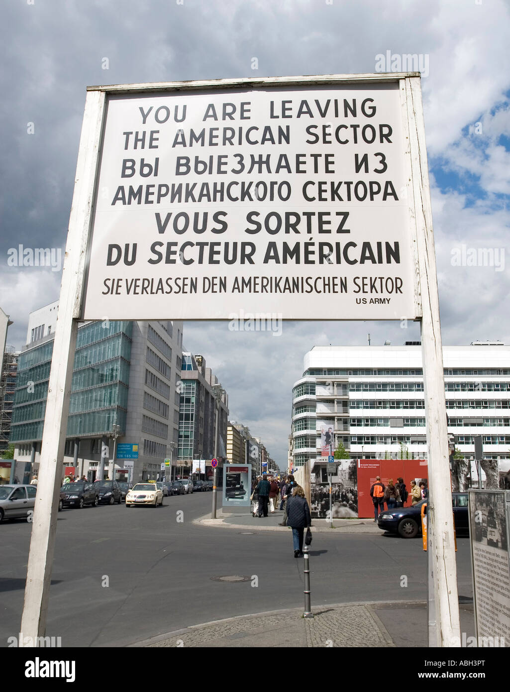 Cartel - estás dejando el sector americano - en el famoso antiguo Checkpoint Charlie Berlin Alemania Imagen De Stock