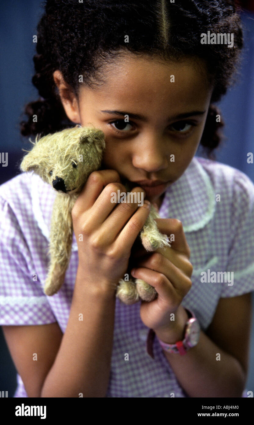 Little Schoolgirl con osito de peluche favorito. Foto de stock