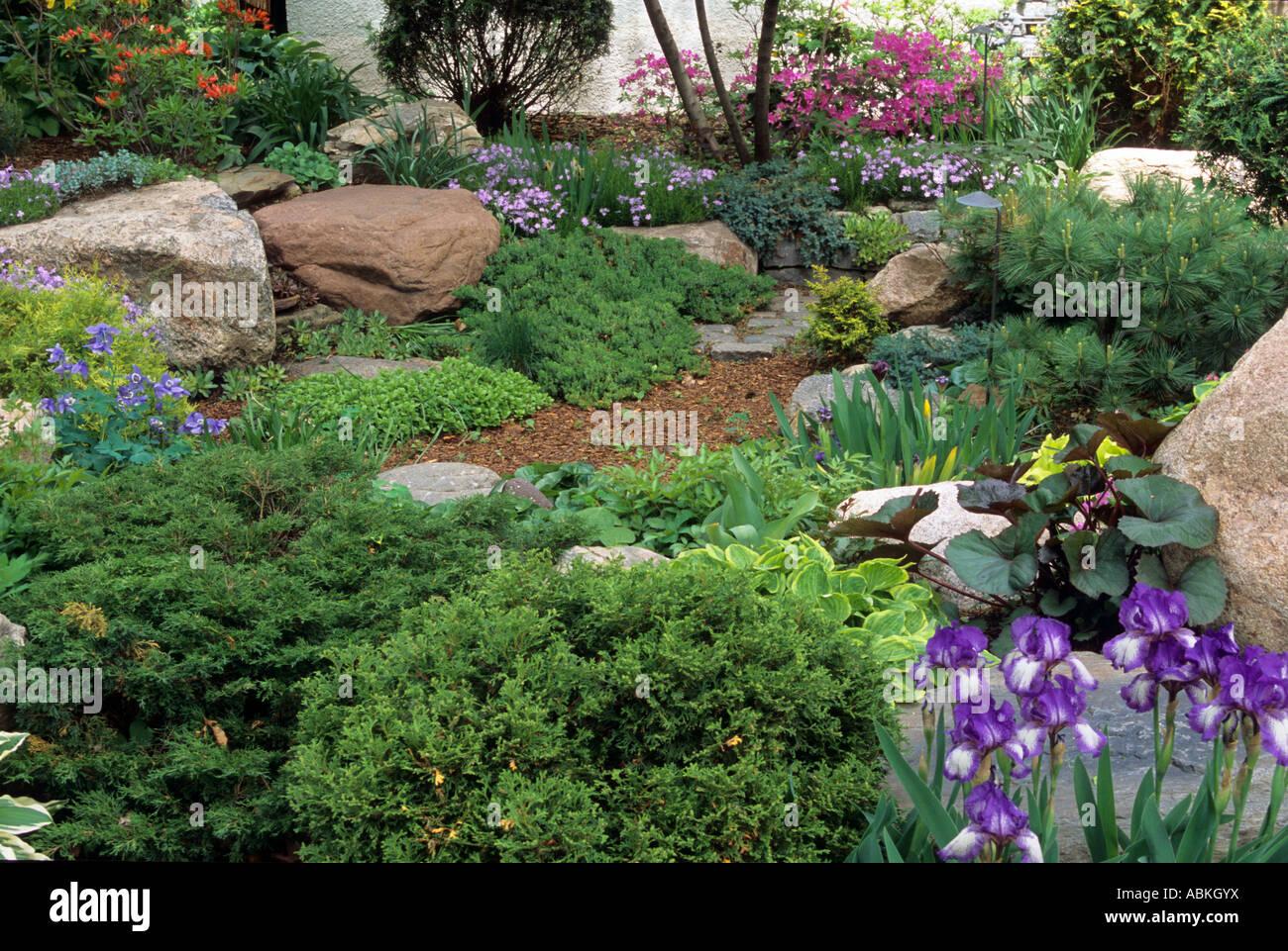 Peque o jard n patio delantero en minneapolis minnesota - Arbustos perennes para jardin ...