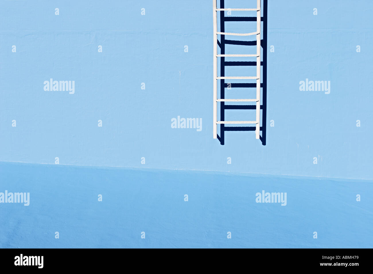 La escalera de la pared de la piscina vacía Imagen De Stock