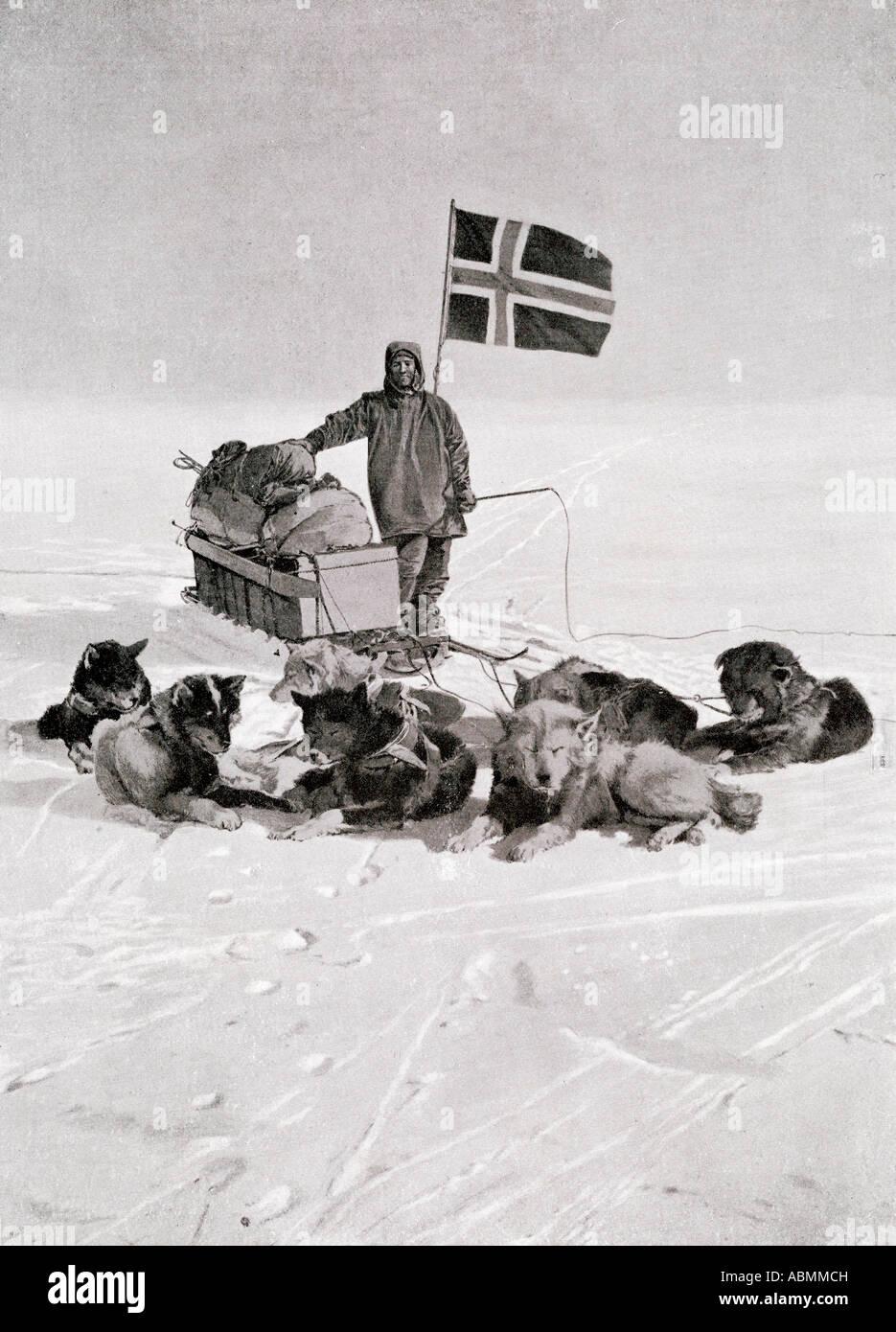 El capitán Roald Engelbregt Gravning Amundsen,1872 -1928. Visto aquí en el polo sur bajo la bandera noruega.Foto de stock