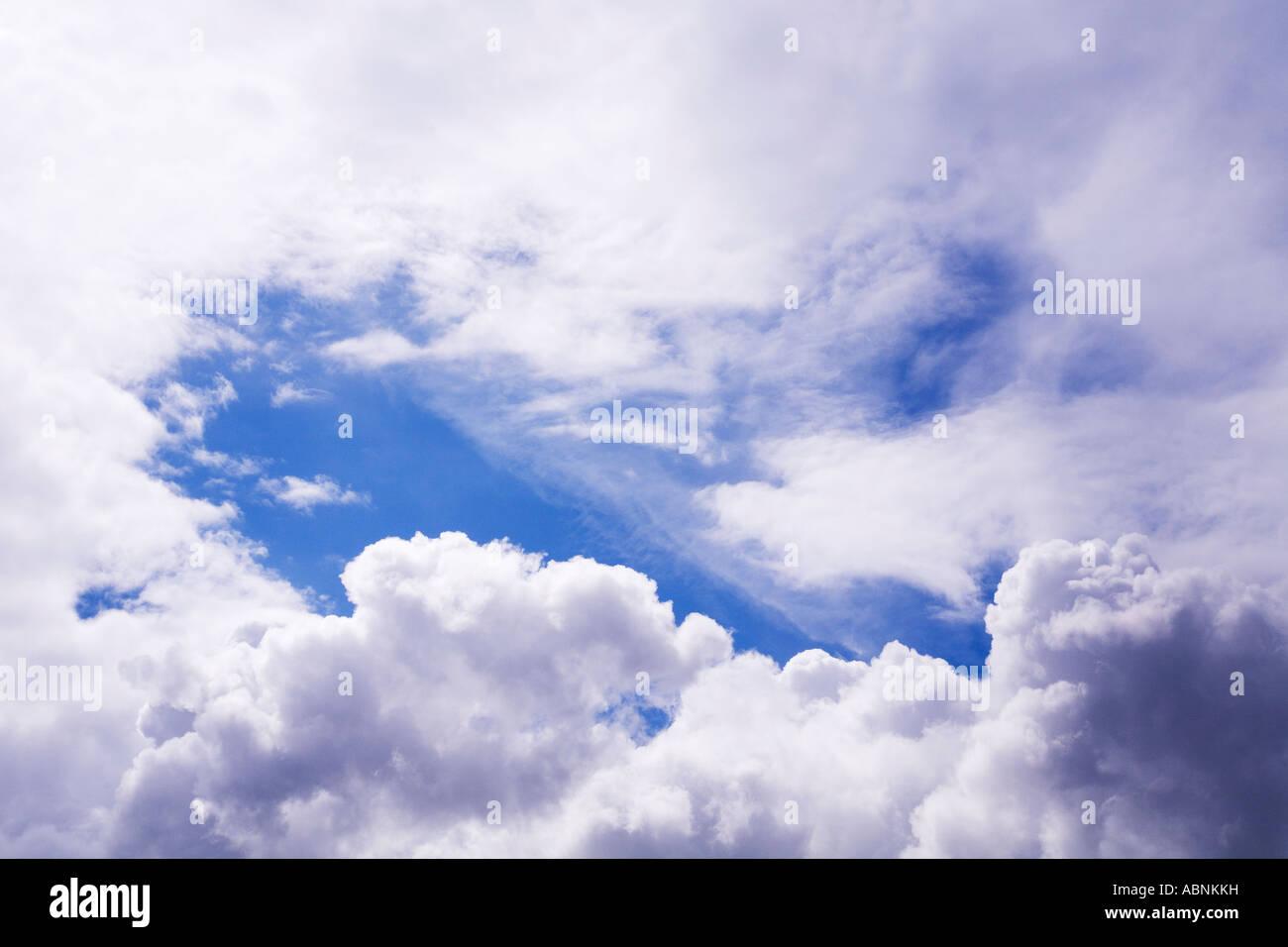 Cielo azul las nubes blancas atmósfera cielos altitud blanco altocúmulos altoestratos cirrocúmulos Imagen De Stock