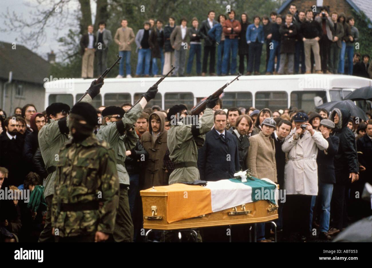 Bobby Sands funeral paramilitar IRA disparando por encima de ataúd.  Belfast ca308fd5199