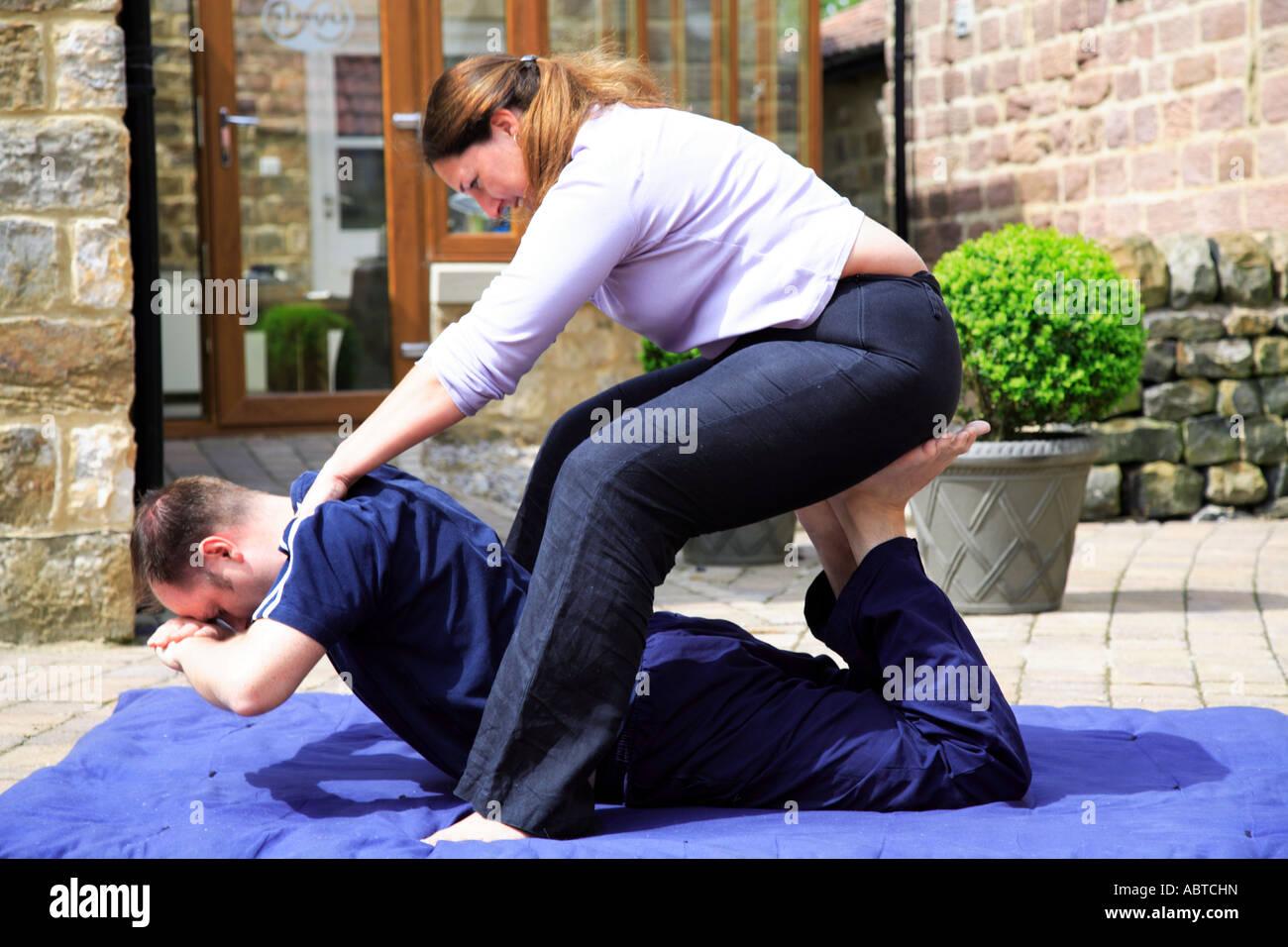 King Cobra se presentan como parte de un masaje corporal tailandés Imagen De Stock