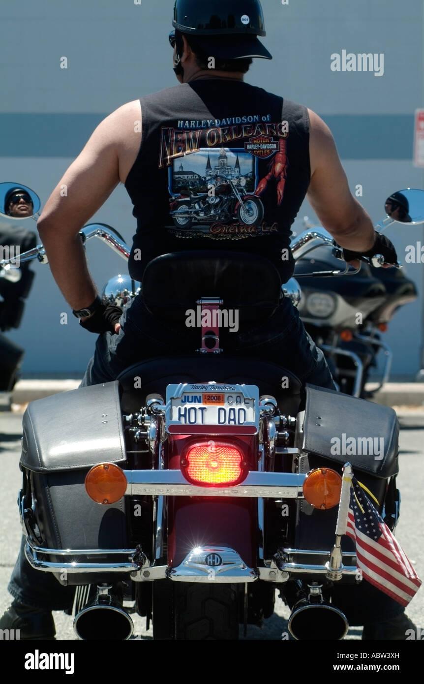 Papá caliente, un hombre con una placa de matrícula personalizada en su motocicleta Harley-Davidson. Foto Imagen De Stock