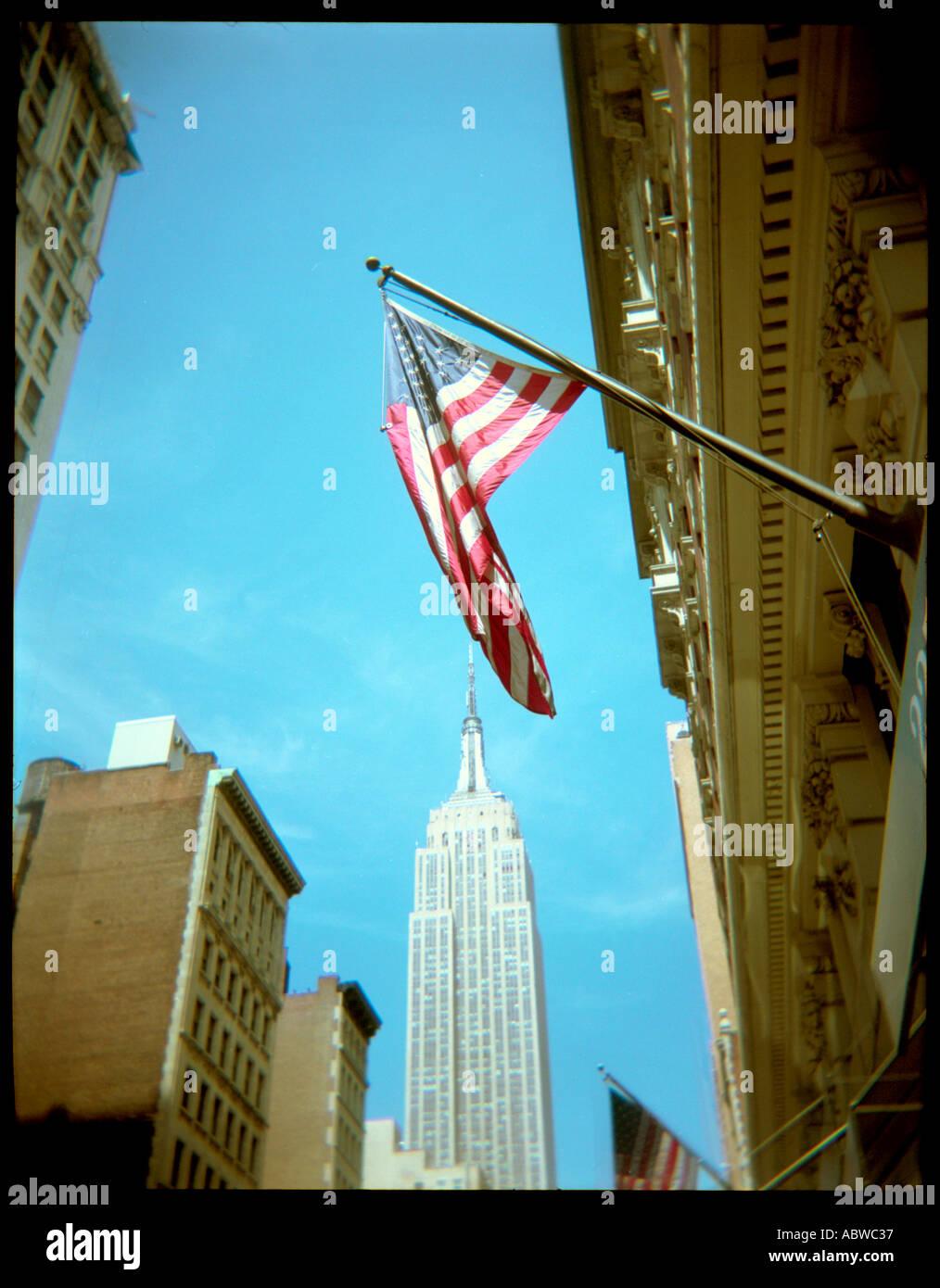 Una bandera estadounidense en la Quinta Avenida de Nueva York. Imagen De Stock