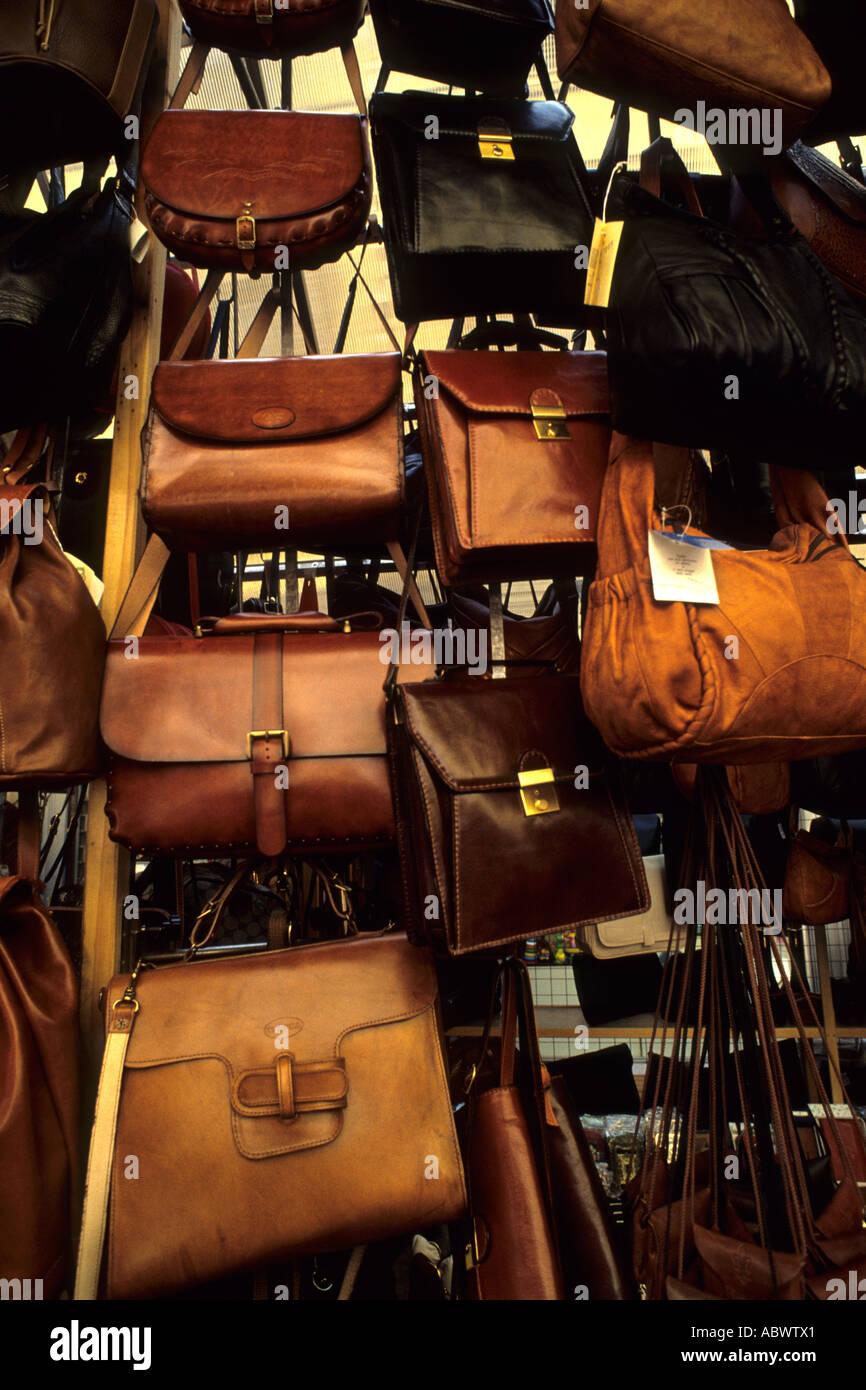 5ae3d4d3d Ir de compras en las calles de la Toscana en Florencia Italia con monederos  de cuero