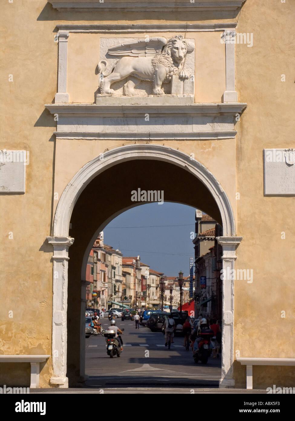 Puerta de entrada de la ciudad con el León de San Marcos Marcos calle principal de Chioggia Italia Foto de stock