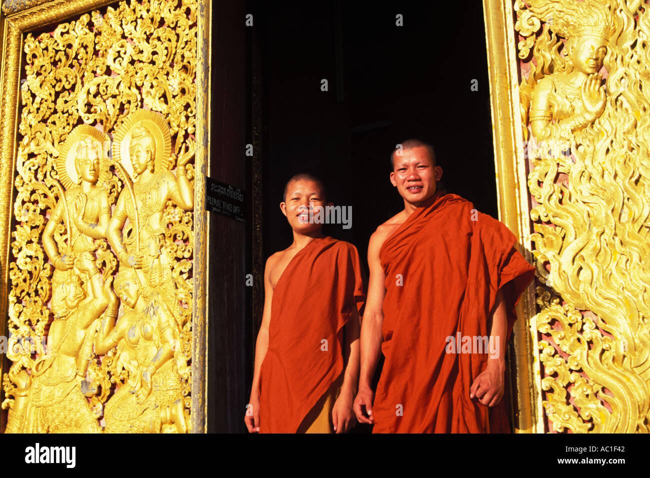 Laos, Luang Prabang, monjes, Wat Xieng Thong Imagen De Stock