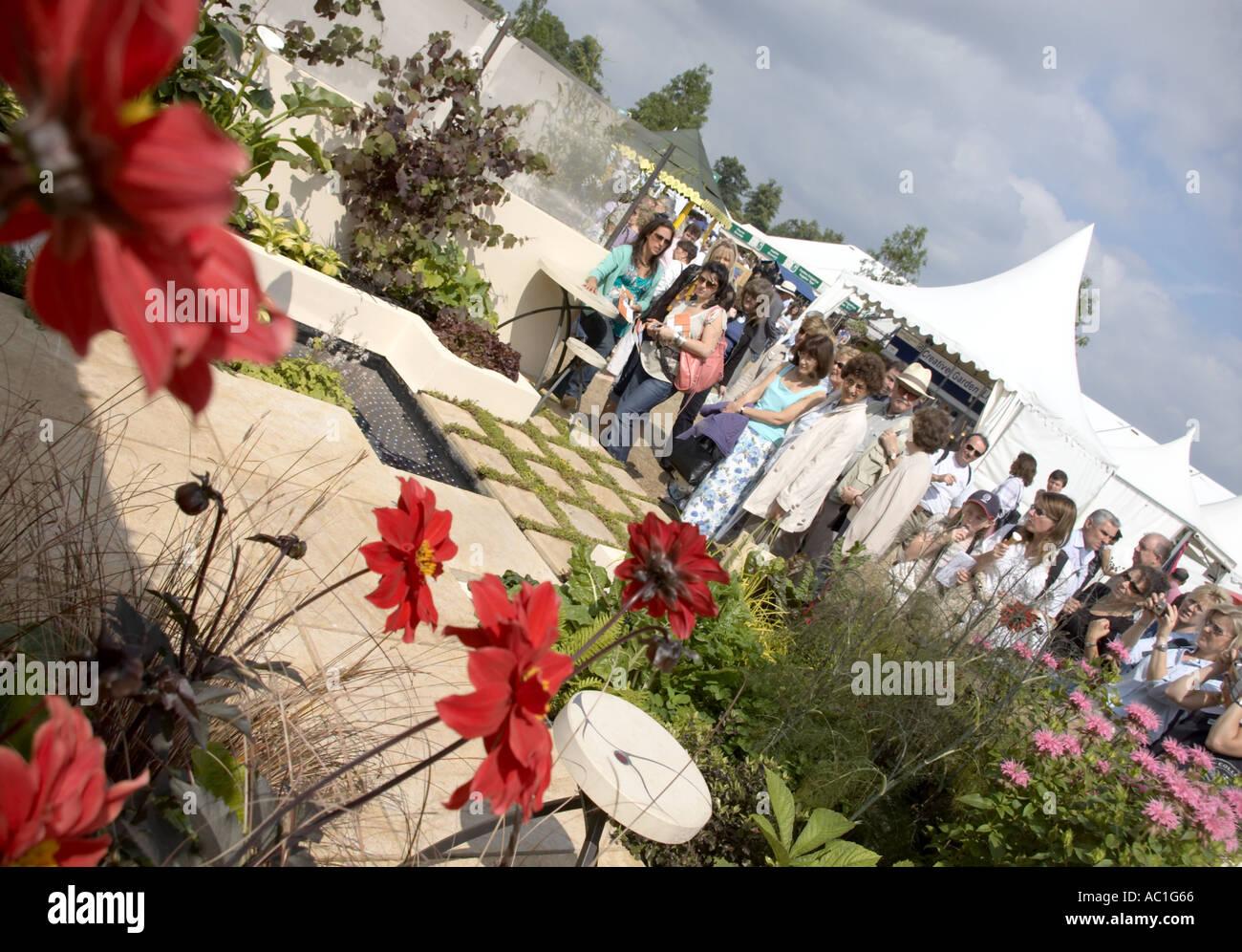 Los espectadores ver un jardín en competición en el Hampton Court Flower Show 2005 Foto de stock