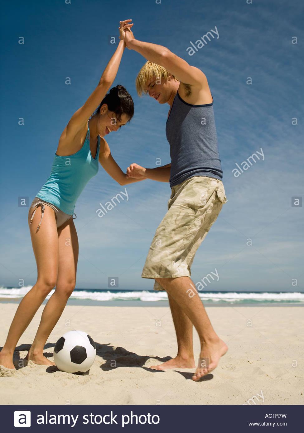 Pareja Jugando Al Futbol En La Playa Foto Imagen De Stock