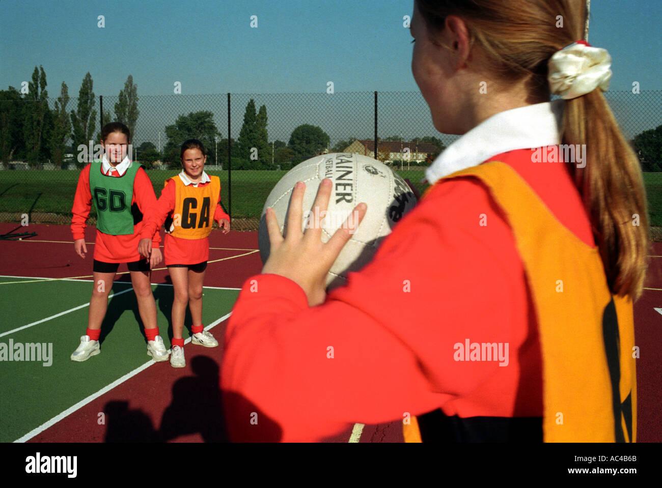 Las hembras playinGBasket netball en una escuela secundaria Imagen De Stock