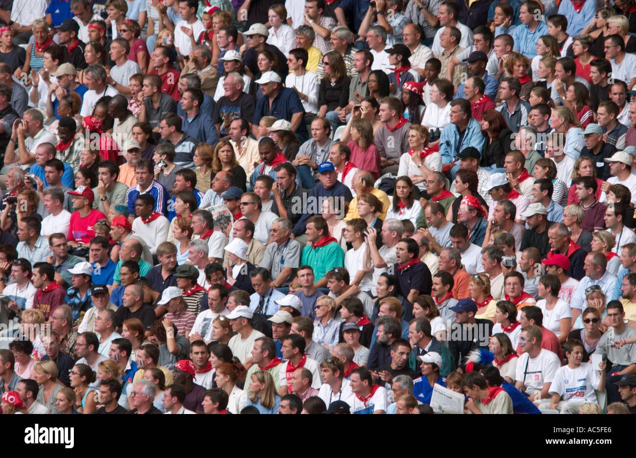 Vista de pájaro de la multitud de espectadores Foto de stock