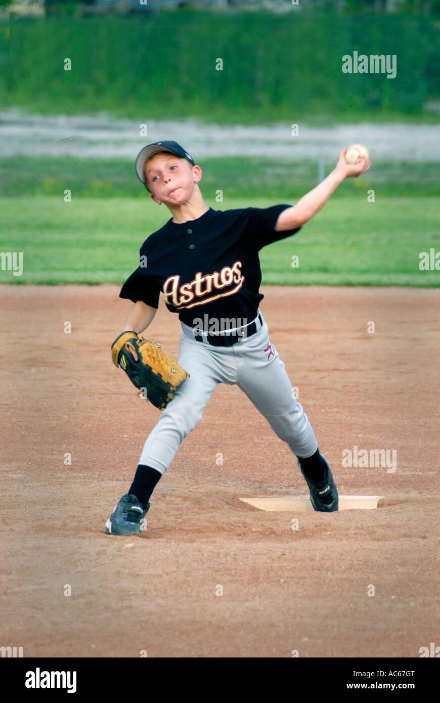 Little League Baseball Pitcher Throwing Imágenes De Stock & Little ...