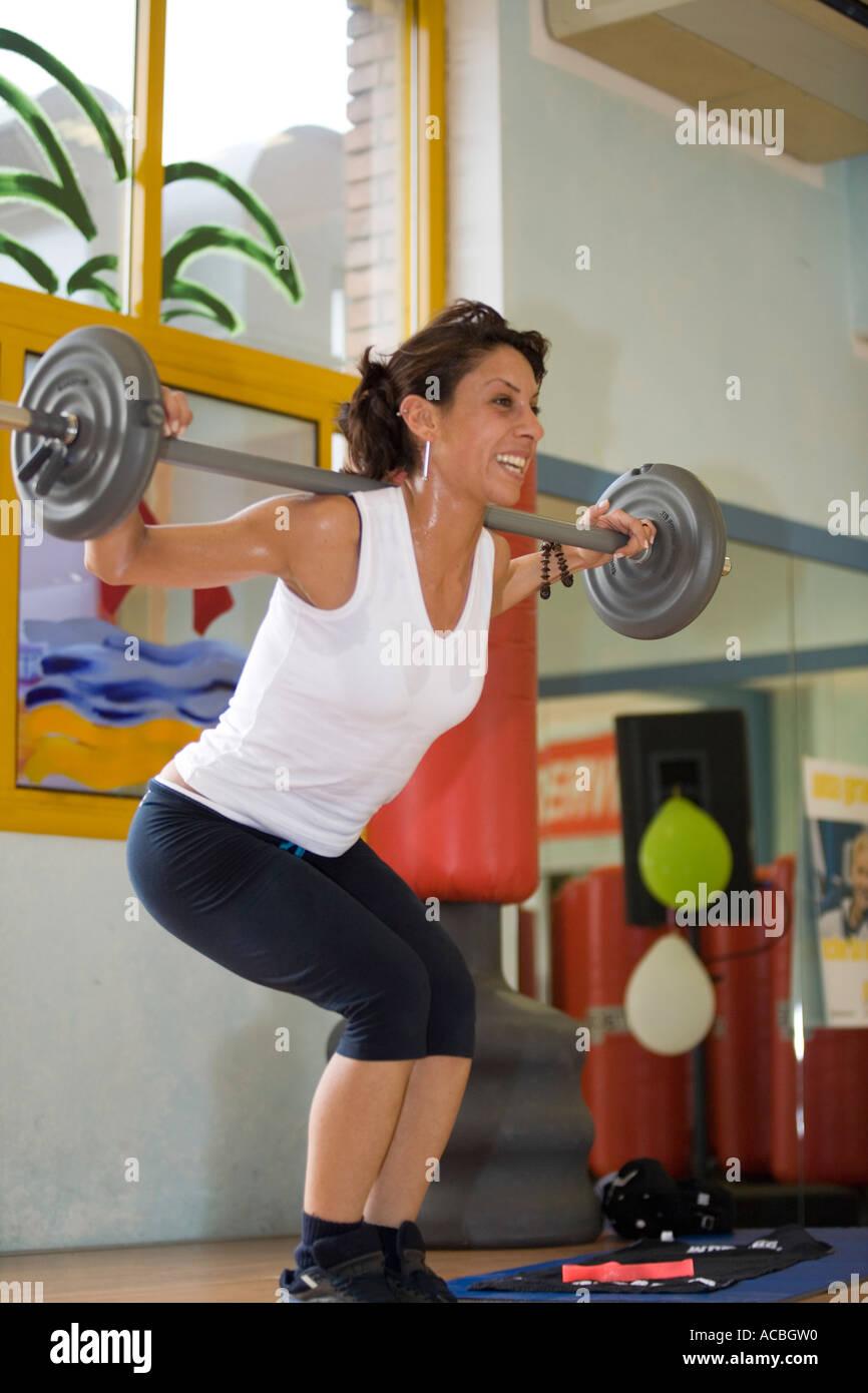 Entrenador de gimnasio levantando pesas Imagen De Stock