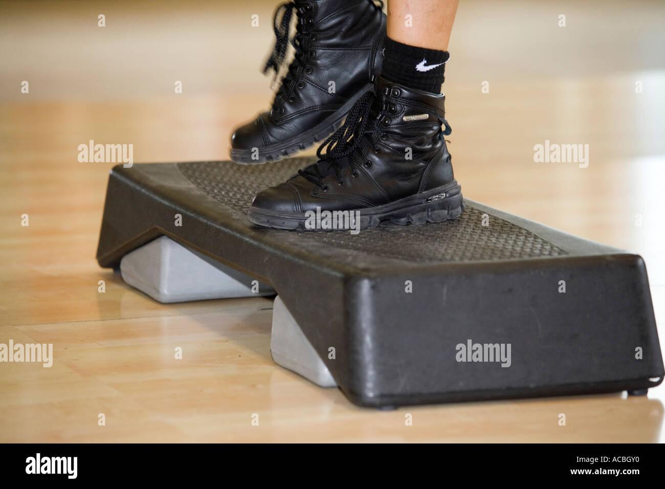 Ejercítese en el gimnasio: paso y pies cerrar Imagen De Stock