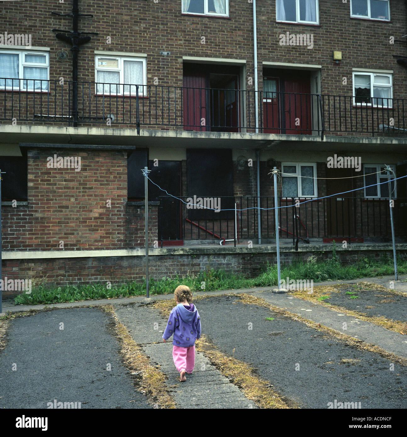 Una niña jugando en un consejo estate en Bristol, Reino Unido. Foto de stock