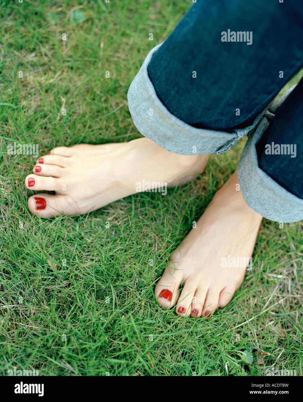 Esmalte de uñas de color rojo en las uñas de los pies Foto & Imagen ...