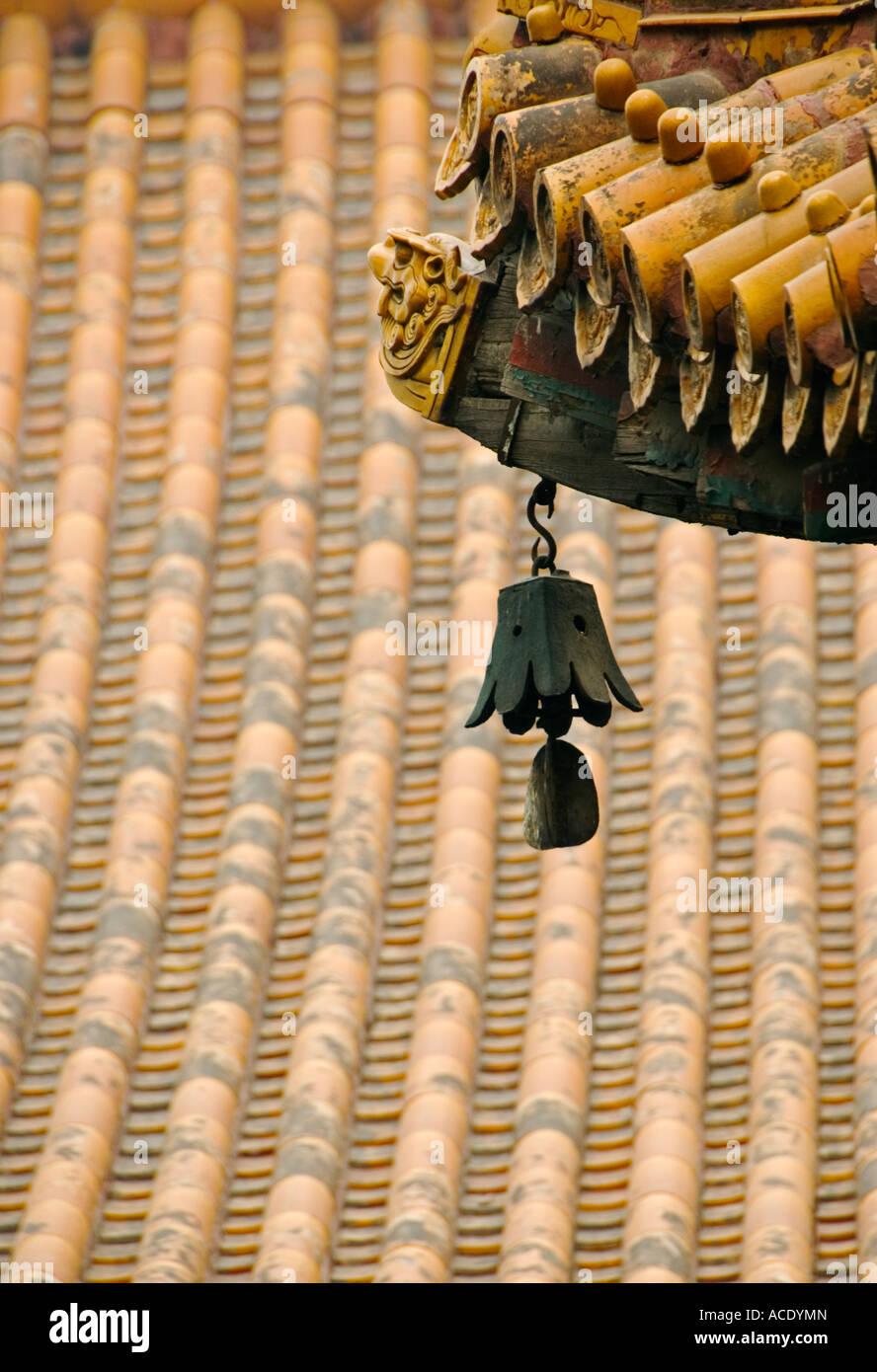 Bell y detalle del techo en el Templo Lama Yonghegong de Beijing 2007 Foto de stock