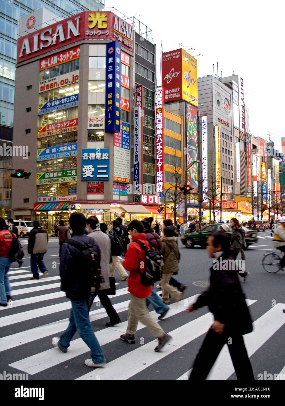 Los compradores cruzando la calle principal en Tokio s Consumer electronics barrio Akihabara. Foto de stock