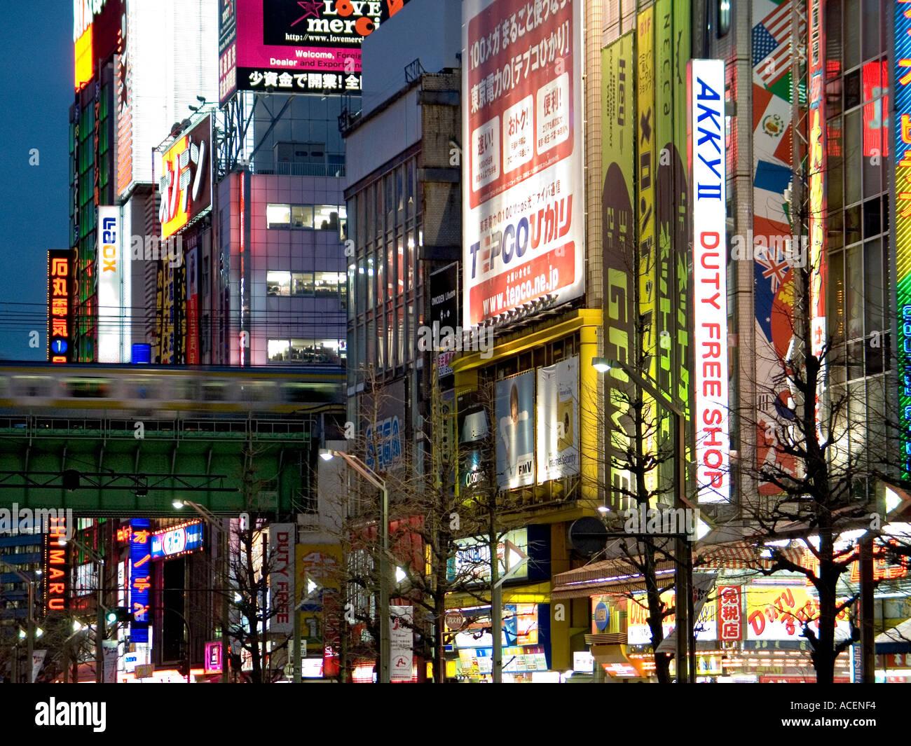Luces de neón cubrir las fachadas de los edificios en Tokio s Consumer electronics barrio Akihabara. Foto de stock