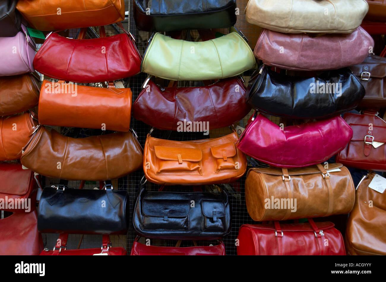 2ef0464ba Visualización de monederos de cuero de varios colores en un mercado al aire  libre en Florencia