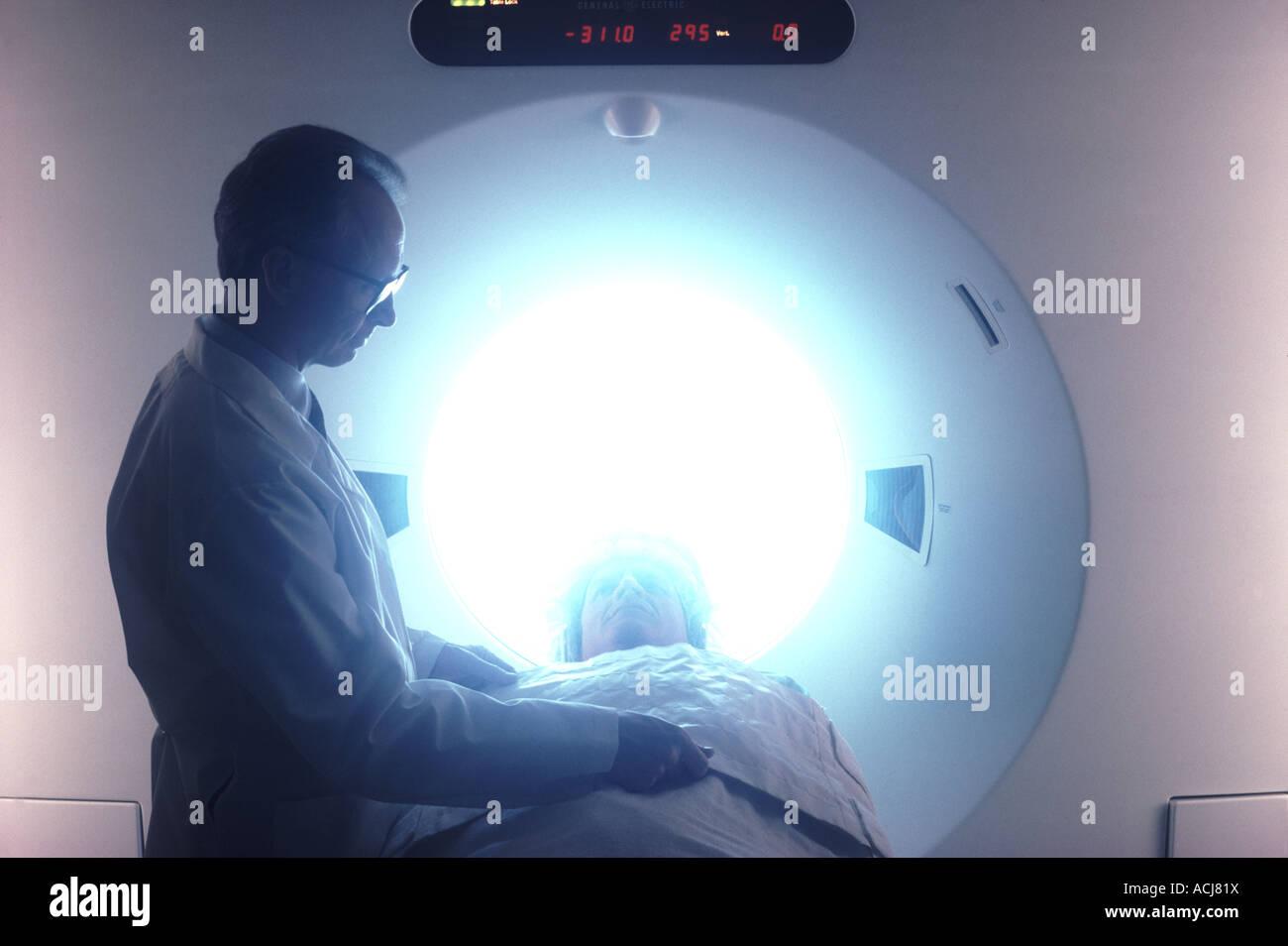 Un técnico obtiene un paciente listo para una RMN Imagen De Stock
