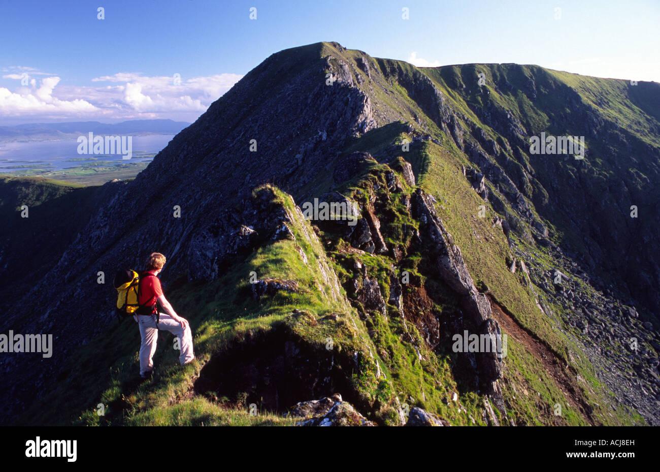 Excursionista de montaña en el Corranbinna Ridge, Nephin Beg Mountains, en el condado de Mayo, Irlanda. Imagen De Stock
