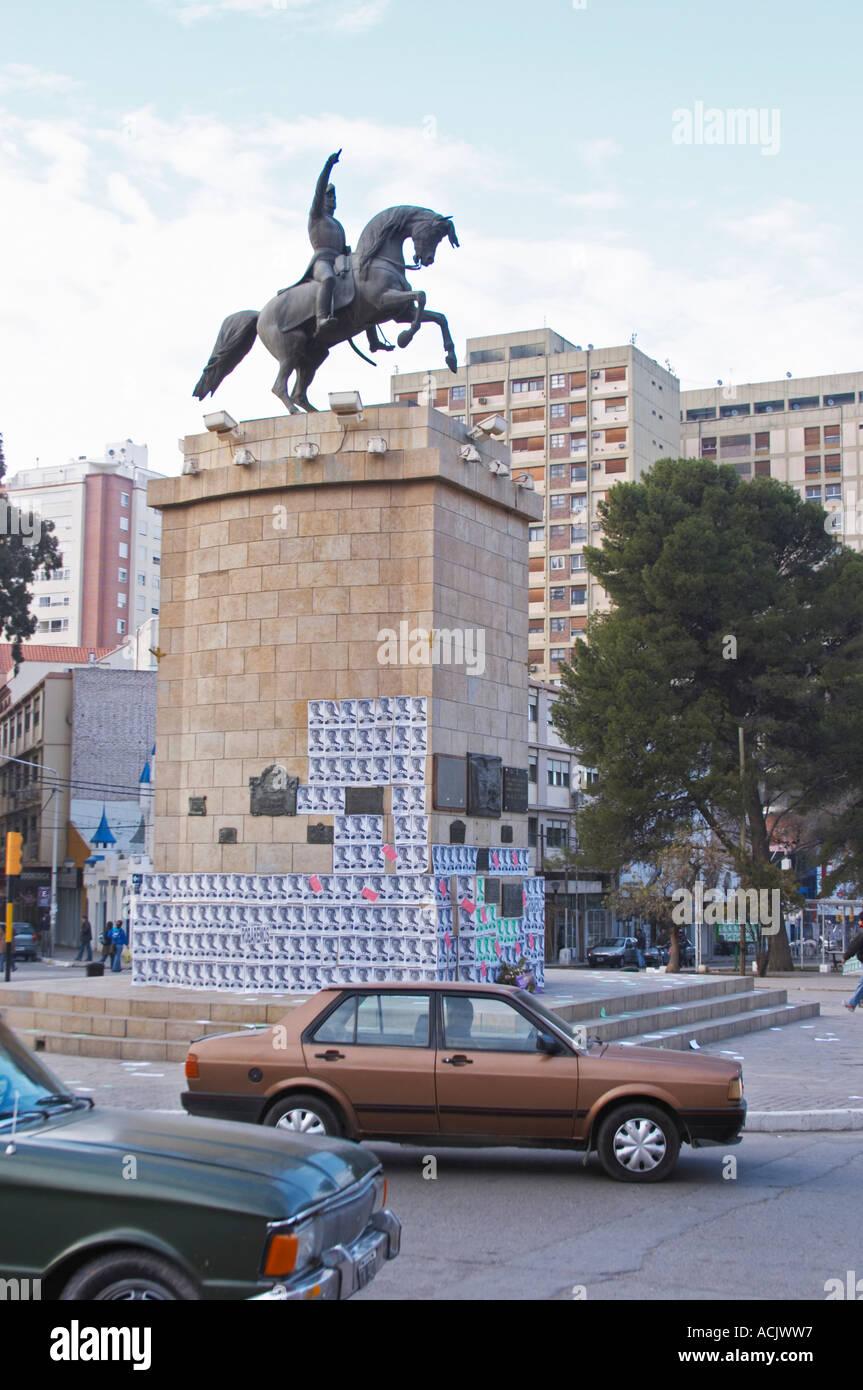 En la calle principal de la estatua del General San Martín a