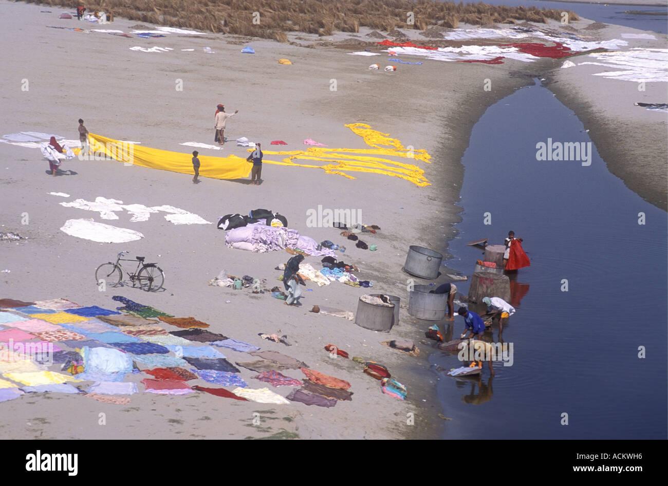 Servicio de lavandería se propagó a secar en el sol caliente sobre los bancos de arena del río Yamuna Agra en Uttar Pradesh, India Imagen De Stock