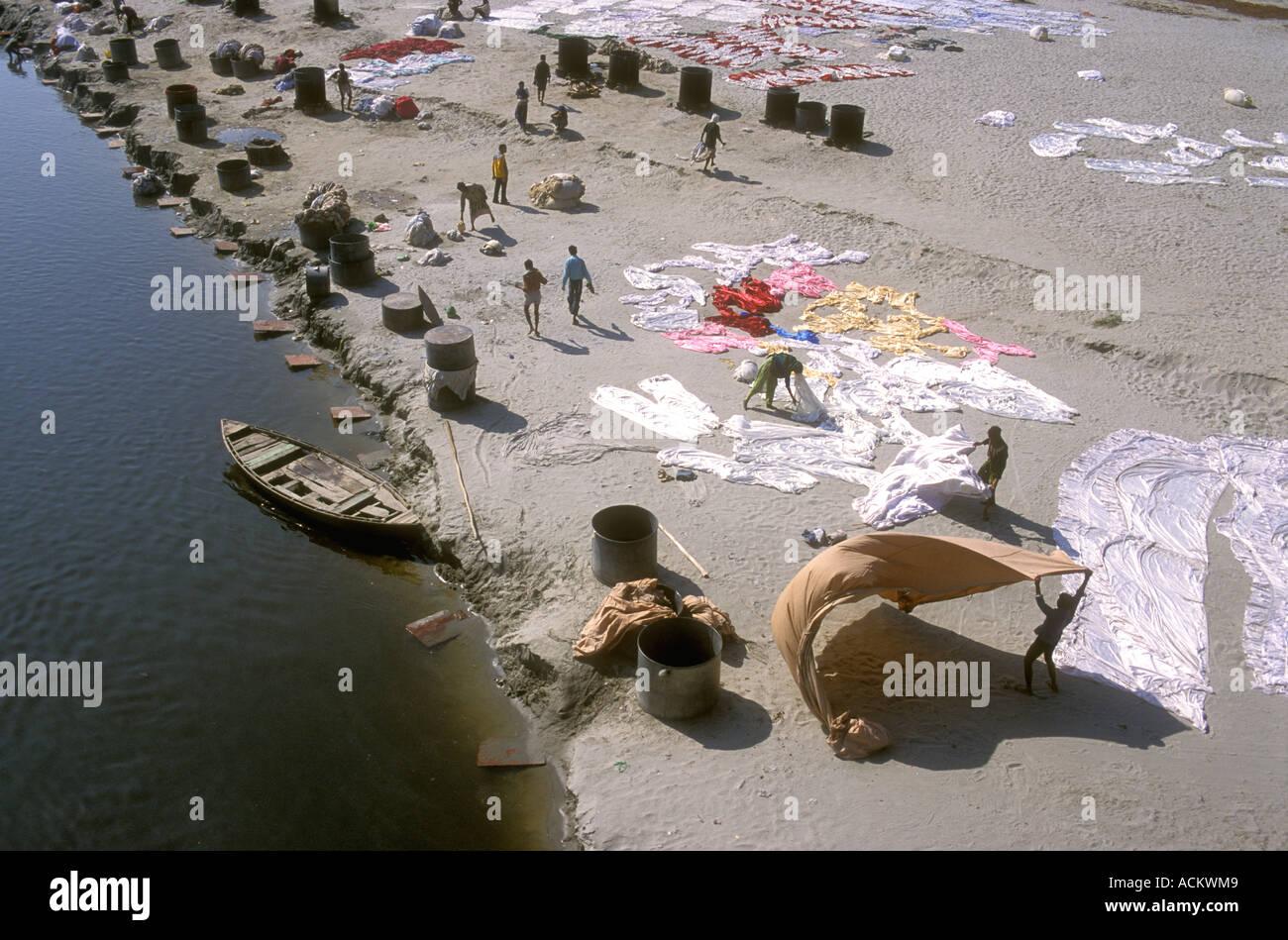 Servicio de lavandería se propagó a secar sobre los bancos de arena del río Yamuna Agra en Uttar Pradesh, India Imagen De Stock
