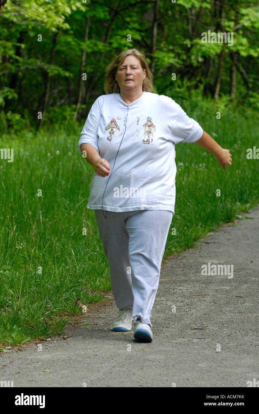 Mujer con sobrepeso caminar para hacer ejercicio en la zona de recreo  Ohiopyle State Park en 3eca1b934807d