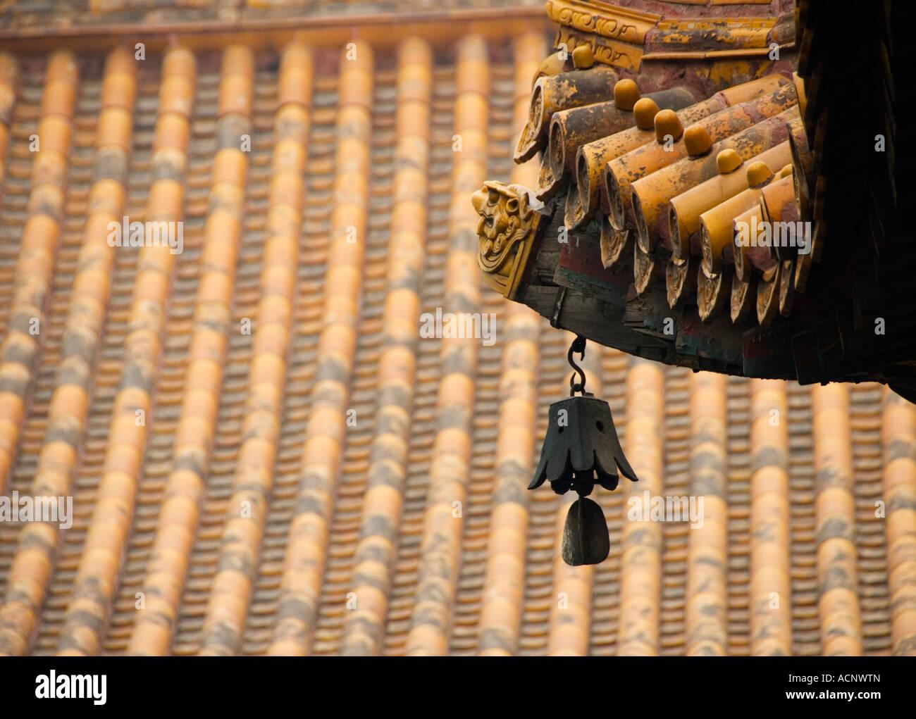 Bell y detalle del techo en el Templo Lama Yonghegong de Beijing 2007 Imagen De Stock