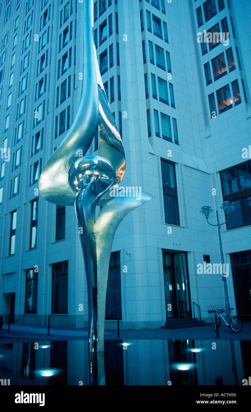 Escultura Phoenix Potsdamer Platz Berlín Alemania Skulptur Phoenix Inge Beisheim Platz Potsdamer Platz Berlín Deutschland Foto de stock