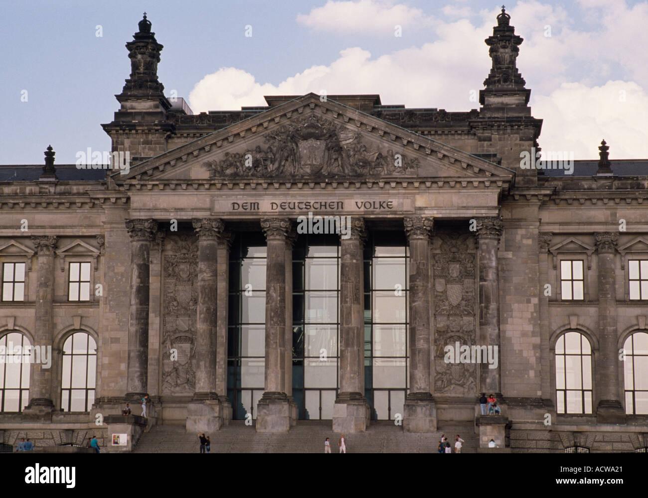 El Reichstag en Berlín Occidental de la guerra fría en Alemania en Europa. Edificio de arquitectura histórica de Historia Alemana Antigua Cultura Histórico Viaje de gobierno Imagen De Stock