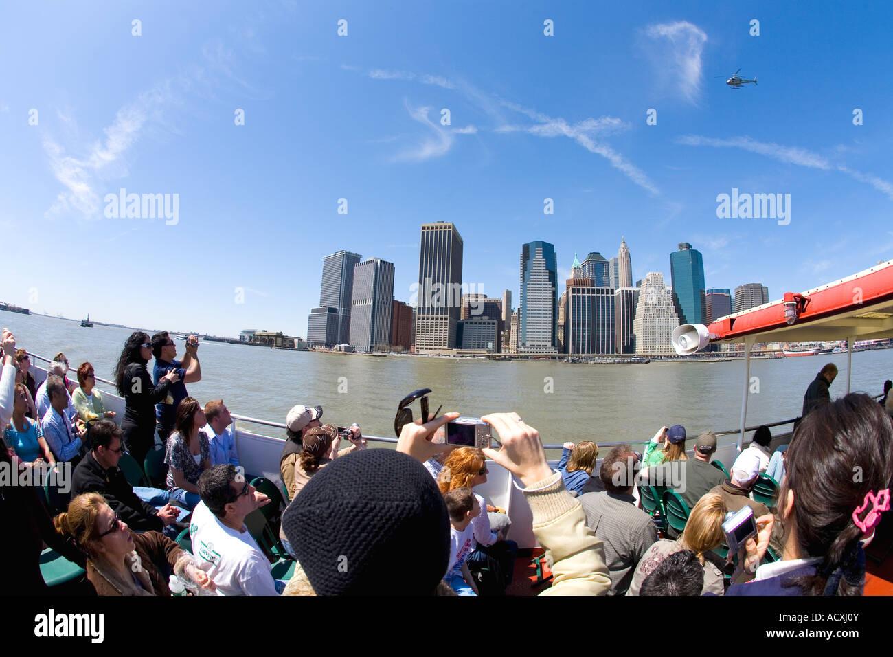 Los turistas de viaje Lower Manhattan downtown skyline en primavera SOL sol con el cielo azul hacia el South Street Imagen De Stock