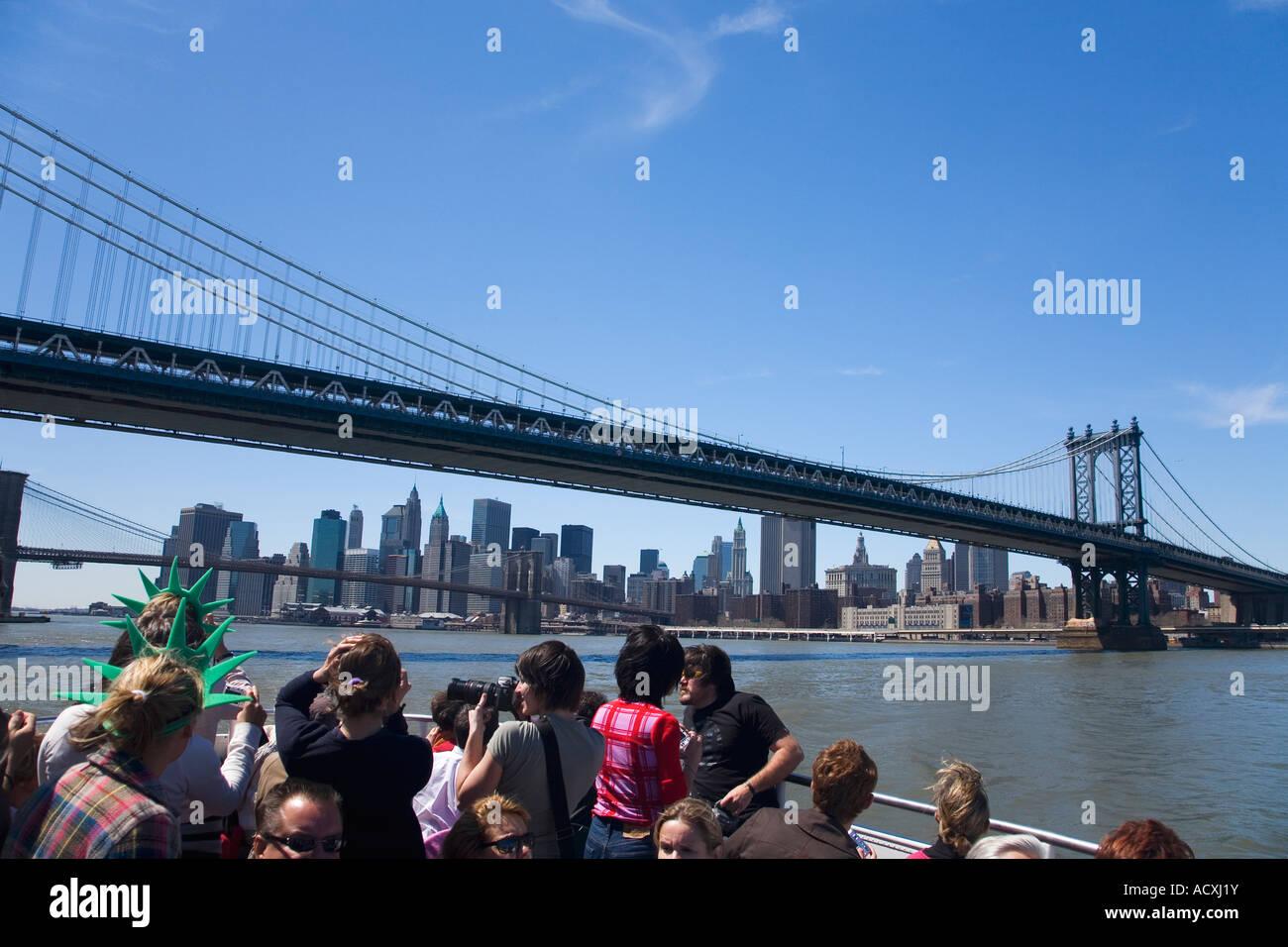 Los turistas de viaje bajo el Puente de Brooklyn y Manhattan ciudad Nueva York NY NUEVA YORK, Estados Unidos de Imagen De Stock