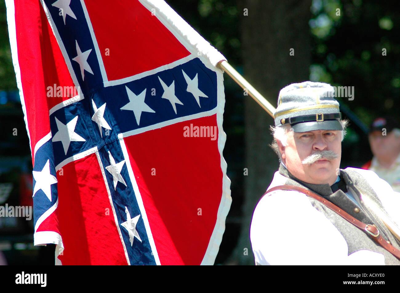 Banderas De Los Estados Unidos La Confederación Durante La Guerra Civil En El Sur De Confederate Memorial Day Parade De Atlanta Georgia Latina Usa Los Conflictos Familiares Fotografía De Stock Alamy
