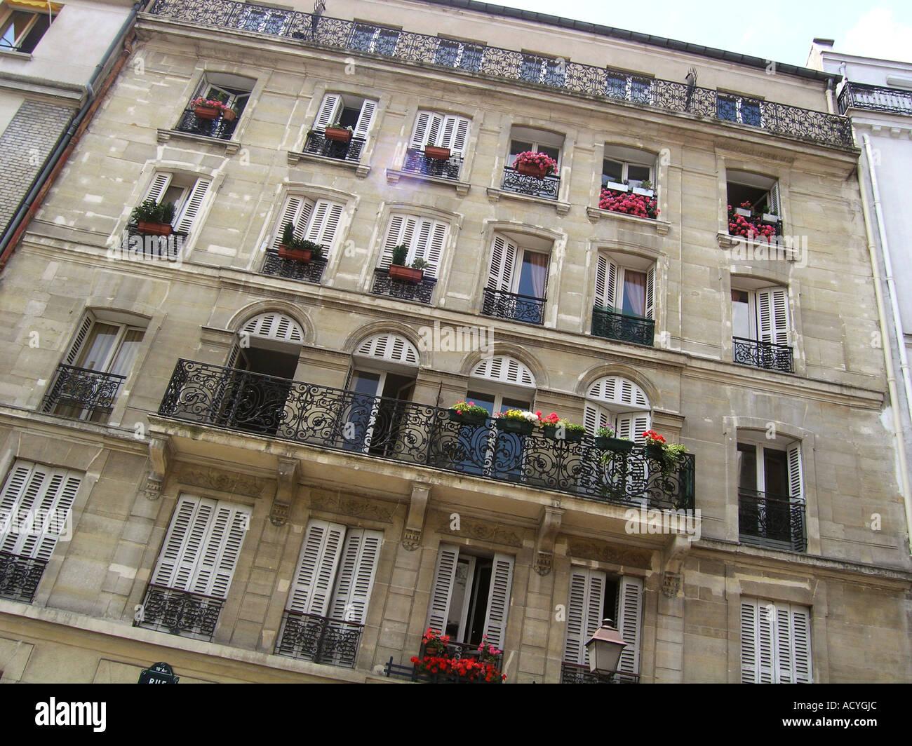 Edificio de apartamentos en París Francia en el área de la ciudad de interior Foto de stock