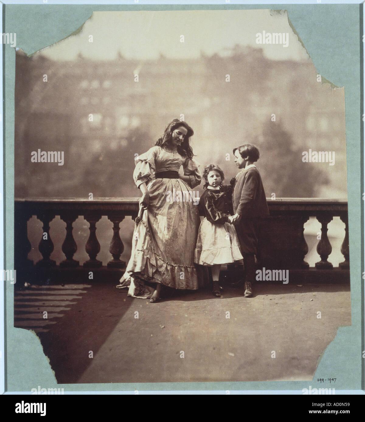 Clementina en la vestimenta de su madre enseñar pasos de baile. Foto por Lady Clementina Hawarden. Gran Bretaña, siglo XIX. Imagen De Stock