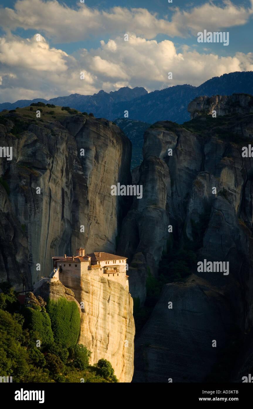 Monasterio Rousanou en el Meteora y las Montañas Pindos oriental de Grecia continental Europa Imagen De Stock