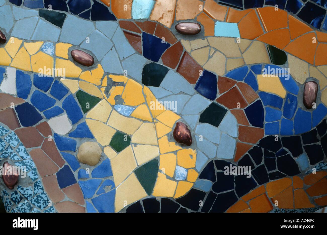 Detalle del mosaico del parque Guell dragon arquitectura de Gaudi Foto de stock